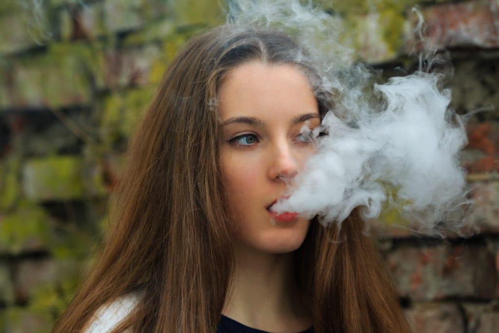 teenage-girl-vaping
